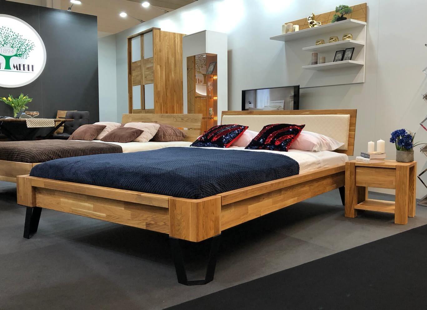 łóżko debowe z metalowymi nogami